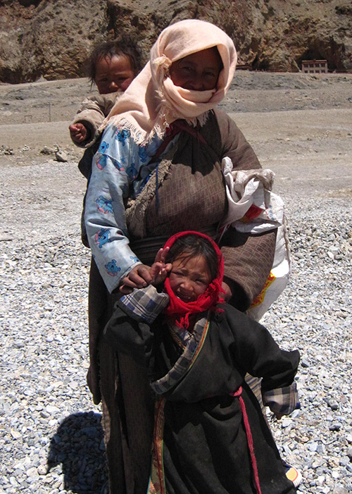 mother with children Tibet